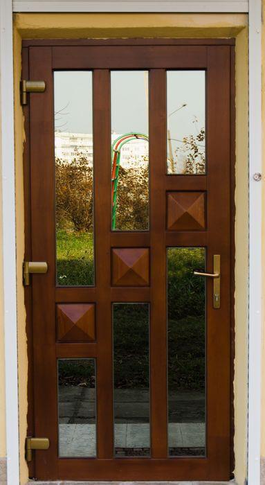 варианты входных деревянных дверей из массива сосны