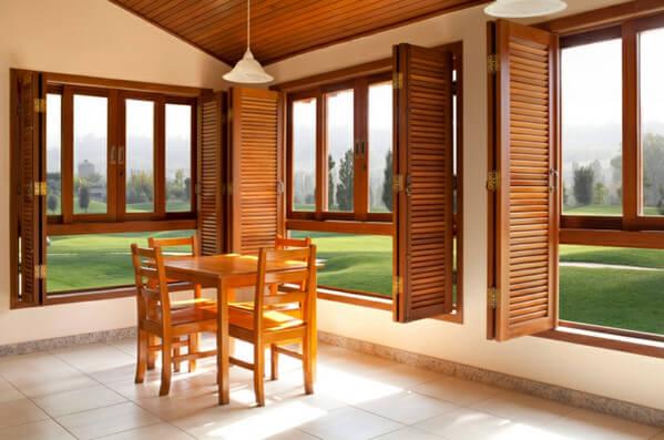 использование дерева в окнах, дверях и других предметах интерьера